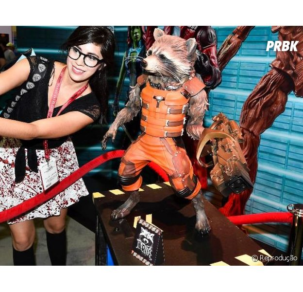 Pessoal vai tirar selfie com os bonecos da Comic-Con