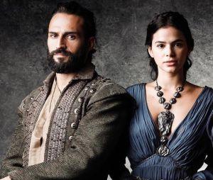 """Bruna Marquezine e José Fidalgo mostram química nos bastidores de """"Deus Salve o Rei"""", diz site"""