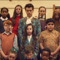 """Harry Styles lança clipe de """"Kiwi"""" com guerra de comida e muita loucura e fãs comemoram no Twitter!"""