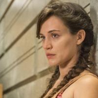 """Novela """"O Outro Lado do Paraíso"""": Clara (Bianca Bin) promete vingança após ser internada em hospício"""