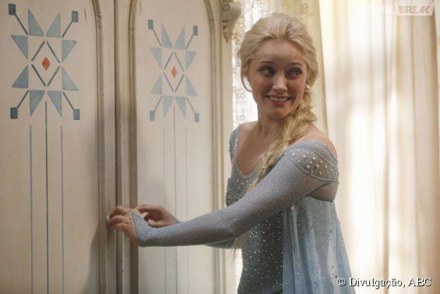 """Em """"Once Upon a Time"""", Elsa (Georgina Haig) abre um armário misterioso"""