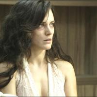 """Novela """"O Outro Lado do Paraíso"""": Clara (Bianca Bin) é rejeitada pelo filho e sofre"""