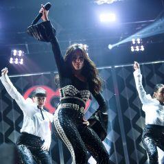 Camila Cabello rasga calça durante show e diverte os fãs com reação