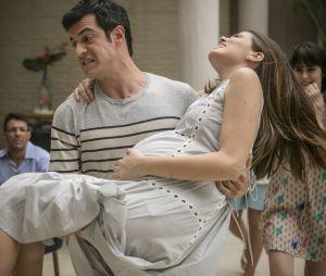 """Em """"Pega Pega"""": Luiza (Camila Queiroz) entra em trabalho de parto e Eric (Mateus Solano) a ajuda"""