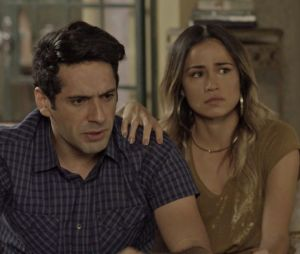 """Em """"Pega Pega"""": Agnaldo (João Baldasserini) e Sandra Helena (Nanda Costa) se encontram após sair da cadeia"""