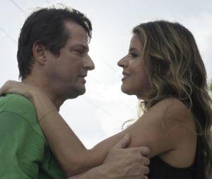 """Em """"Pega Pega"""": Malagueta (Marcello Serrado) cumpre sua pena e sai da cadeia para se encontrar com Maria Pia (Mariana Santos) em Búzios"""