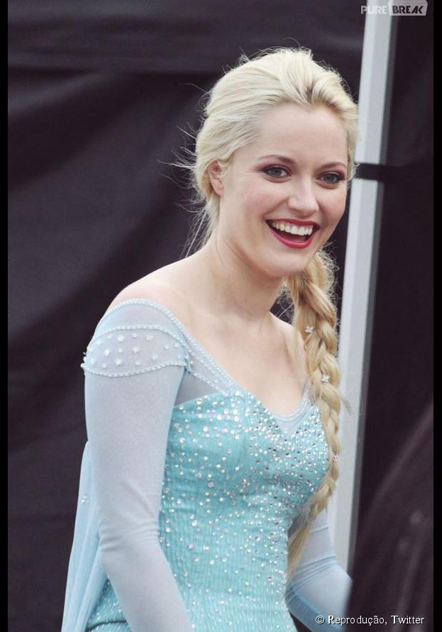 "Georgina Haig (Elsa) sorridente no set de filmagem de ""Once Upon a Time"""