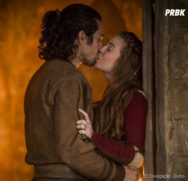 """Em """"Deus Salve o Rei"""", Amália (Marina Ruy Barbosa) e Afonso (Rômulo Estrela) têm primeira noite de amor"""