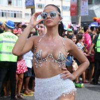 """Bruna Marquezine arrasa com fantasia sexy no Carnaval e fãs elogiam: """"Beleza natural"""""""