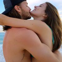 """Camila Queiroz e Klebber Toledo anunciam casamento na praia: """"Só energia"""""""