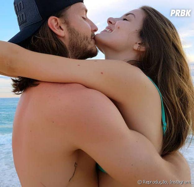 """Camila Queiroz e Klebber Toledo falam sobre casamento na praia: """"Descalço, pés na areia"""""""