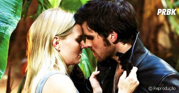 """Emma (Jennifer Morrison) e Hook (Colin O'Donoghue) formam um casal em """"Once Upon a Time"""""""