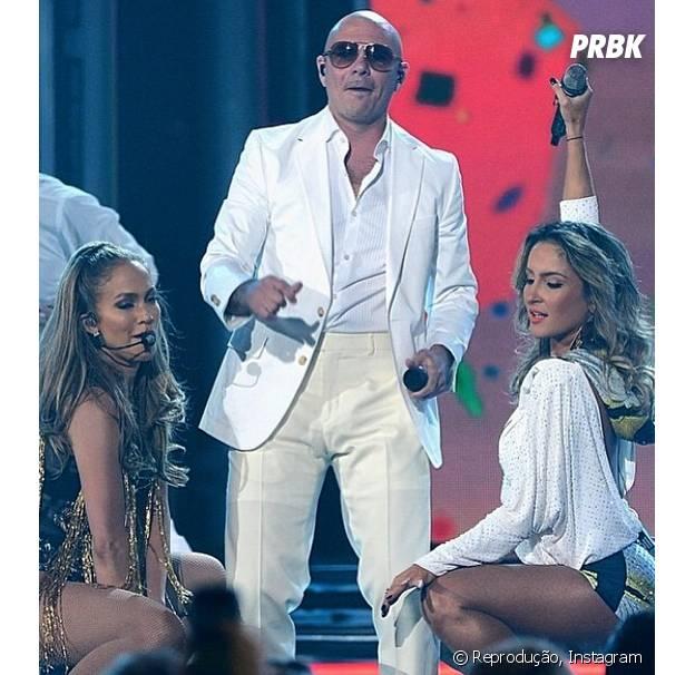 Cantora ao lado de J Lo e Pitbull, durante apresentação do Billboard Music Awards, em maio deste ano