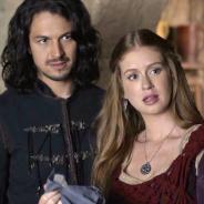 """Novela """"Deus Salve o Rei"""": Amália (Marina Ruy Barbosa) e Afonso fogem após perseguição de Rodolfo!"""