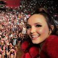 Larissa Manoela faz selfie com plateia de show em Londrina, no Paraná