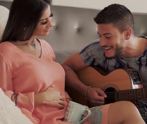 Em clipe, Arthur Aguiar anuncia que Mayra Cardi está grávida!