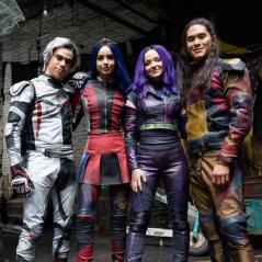 """Primeira foto de """"Descendentes 3"""" mostra novo visual de Mal, Evie, Carlos e Jay. Veja!"""