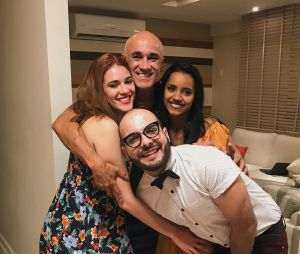 """Após o fim do """"BBB18"""", Ana Clara posa com o pai, Ayrton, e os colegas de confinamento, Gleici e Mahmoud"""
