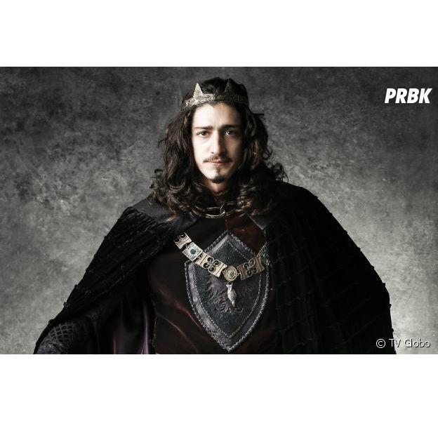 """Em """"Deus Salve o Rei"""", Rodolfo (Johnny Massaro) dá golpe do baú na tia de Lucrécia (Tatá Werneck) e volta a ser rei"""