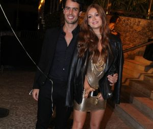 Marina Ruy Barbosa usou vestido dourado na festa de seu aniversário