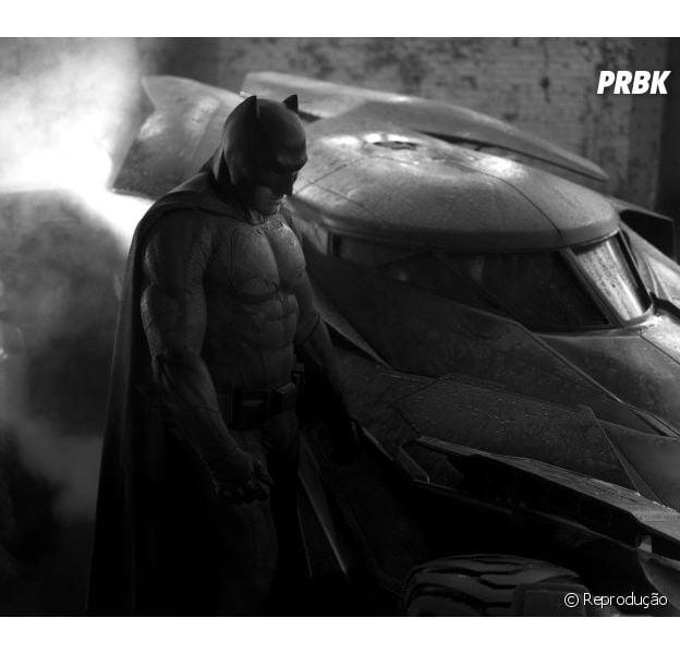 """BBen Affleck ao lado do Batmóvel do filme """"Batman vs Superman"""""""