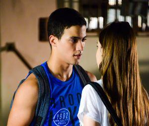 """Novela """"As Aventuras de Poliana"""": Guilherme (Lawrran Couto) confessa para Raquel (Isabella Moreira) que mente sobre a sua vida"""