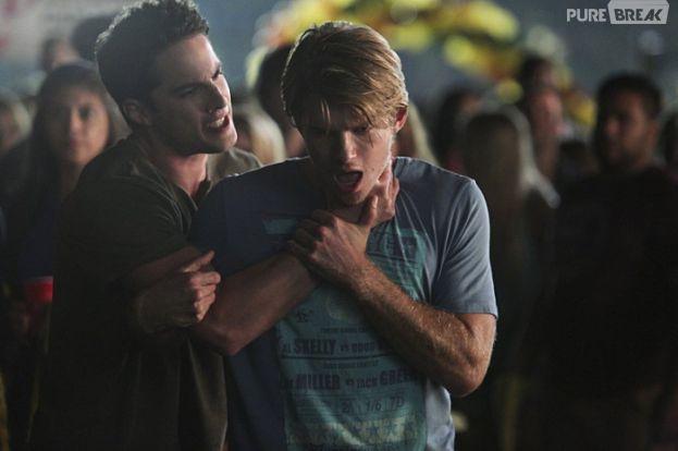 """Tyler (Michael Trevino) volta a ser humanoe entra no time de futebol para aprender a controlar sua raiva em """"Vampire Diaries"""""""