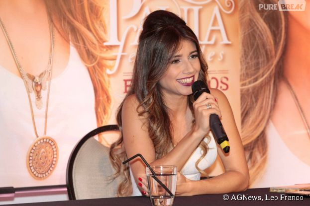 Paula Fernandes iniciou a coletiva de imprensa super sorridente em São Paulo