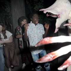 """Atores de """"Stranger Things"""" ficam cara a cara com o Demogorgon no Halloween Horror Nights"""