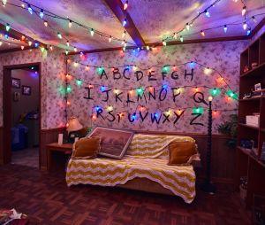 """Atores de """"Stranger Things"""" visitam o cenário da série no Halloween Horror Nights e têm a melhor reação possível"""