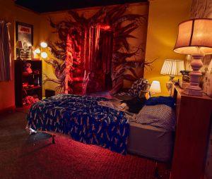 """Atores de """"Stranger Things"""", Gaten Matarazzo, Caleb McLaughlin, Sadie Sink e Priah Ferguson ficam cara a cara com o Demogorgon no Halloween Horror Nights"""