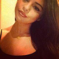 Fã de selfie, Selena Gomez posta foto em que aparece toda produzida
