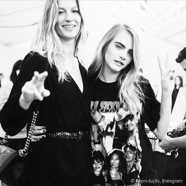 Gisele Bündchen e Cara Delevigne foram estrelas do desfile da Chanel, em Paris, na França
