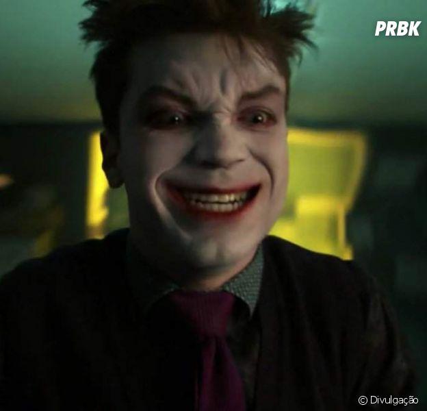 """Em """"Gotham"""", local do surgimento de Coringa (Cameron Donaghan) aparece no novo trailer!"""