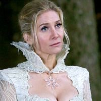 "Em ""Once Upon a Time"": Elizabeth Mitchell fala sobre o futuro da Rainha do Gelo"