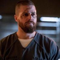 """Um caçador de vigilantes está a solta em """"Arrow"""" e Oliver tenta combatê-lo!"""