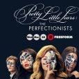 """Em """"Pretty Little Liars: The Perfectionists"""", Alison (Sasha Pieterse) e Aria (Lucy Hale) conversam por mensagens e descobrimos que a morena teve uma filha"""