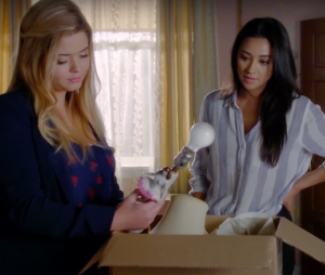 "Em ""Pretty Little Liars: The Perfectionists"", Alison (Sasha Pieterse) recusava chamadas de Emily (Shay Mitchell)"