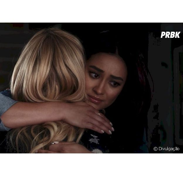 "Episódio de ""Pretty Little Liars: The Perfectionists"" mostra o que aconteceu com Alison (Sasha Pieterse) e Emily (Shay Mitchell)"
