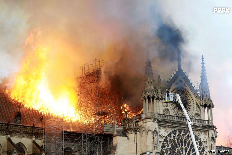 Incêndio destrói Catedral de Notre-Dame, em Paris, nesta segunda-feira (15)
