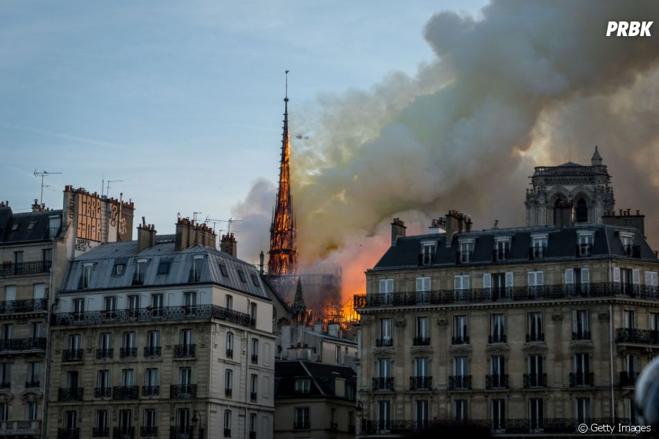 Catedral de Notre-Dame pega fogo nesta segunda-feira (15) e mundo todo repercute a notícia