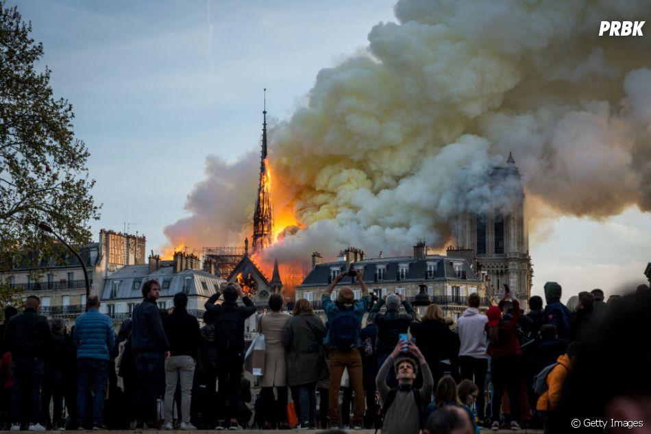 Incêndio acaba com a Catedral de Notre-Dame, em Paris, nesta segunda-feira (15)