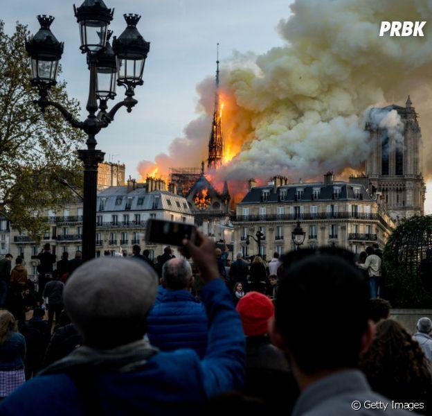 Catedral de Notre-Dame pega fogo nesta segunda-feira (15)