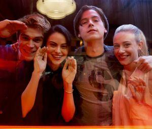 """Em """"Riverdale"""": sinopse mostra que os moradores estarão em perigo no episódio final da 3ª temporada"""