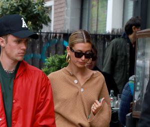 Kendall Jenner acariciou barriga de Hailey e surgiram boatos sobre gravidez de Justin Bieber