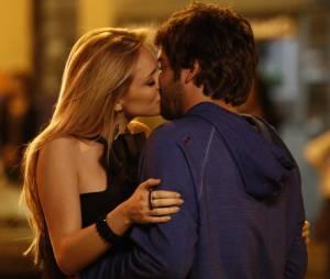 """Megan (Isabelle Drummond) corre atrás de Davi (Humberto Carrão), na novela """"Geração Brasil"""", da Globo"""