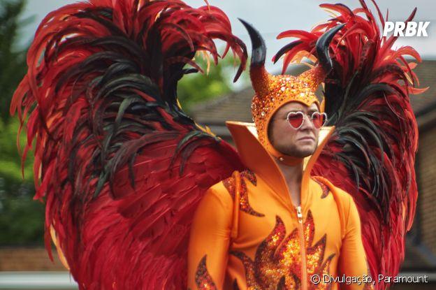 """""""Rocketman"""" abre com Elton John (Taron Egerton), vestido o figurino da imagem, em uma sessão de terapia de grupo"""