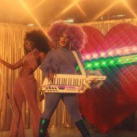 """Gloria Groove e IZA estão simplesmente maravilhosas no videoclipe de """"YoYo"""""""