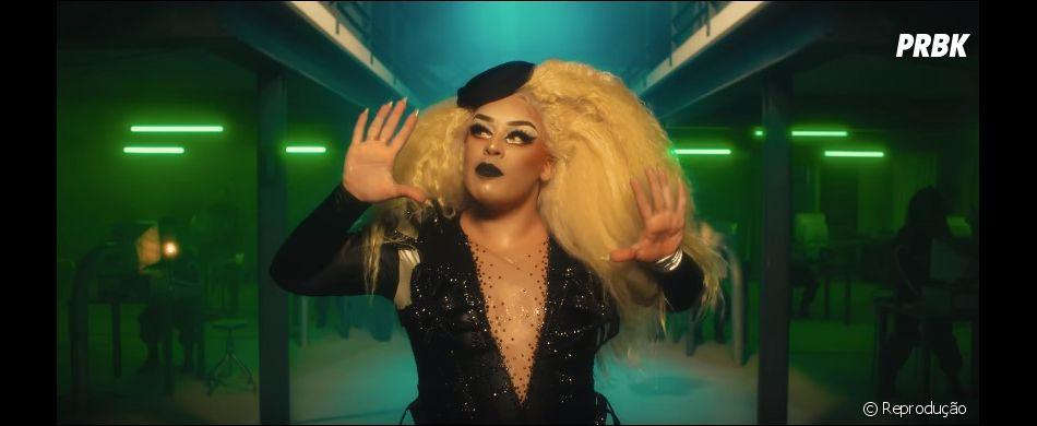 """Gloria Groove está toda trabalhada no lacre em """"YoYo"""", sua parceria com a IZA"""