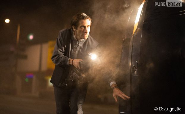 Jake Gyllenhaal interpreta um jovem que mergulha no submundo do jornalismo criminal independente de Los Angeles
